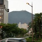 JR八幡駅正面から見る皿倉山の画像