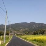門前バス停から見る湯川山の画像