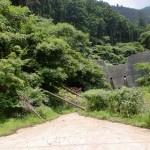 西山登山口の先にある砂防ダムの画像