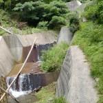 西山登山口の先にある砂防ダムの渡渉地点の画像