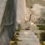 西山登山口の先にある砂防ダムの階段の画像