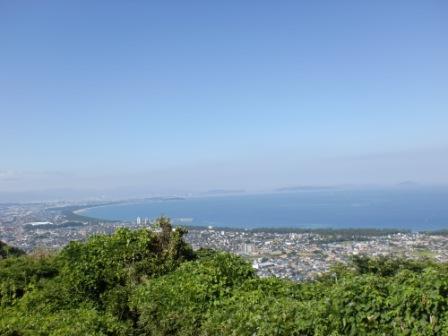 宮地山と在自山の縦走路にある展望所から見る福間海岸の画像