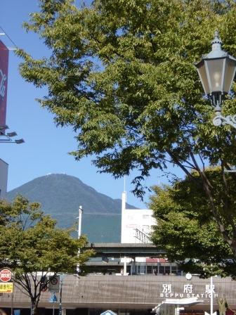 別府駅から見る鶴見岳の画像