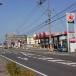 JR教育大前駅前の車道の画像