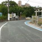 県道7号線手前の鳥居と右カーブの画像