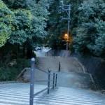 南山手団地バス停横にある階段の画像
