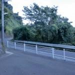 南山手団地バス停横の階段を下り終えたところの画像