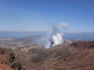 阿蘇中岳登山道から見下ろす阿蘇の火口の画像