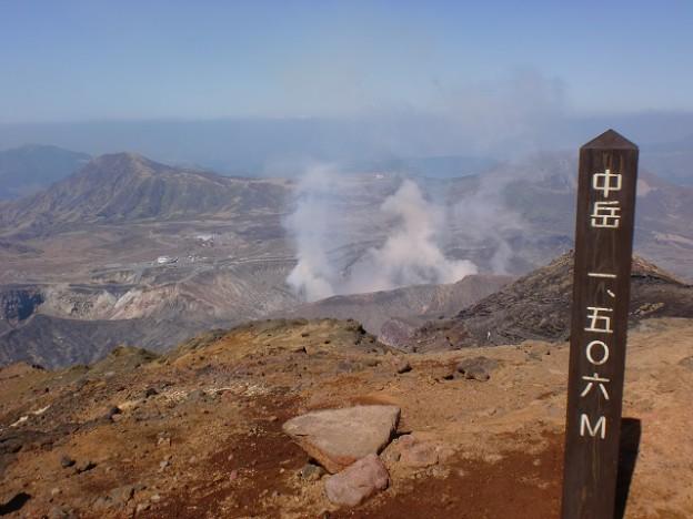 阿蘇中岳山頂から見下ろす第一火口の画像