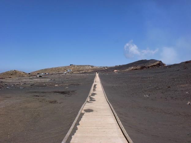 阿蘇火口展望所の近くにある砂千里ヶ浜の木道の画像