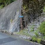 求菩堤資料館バス停そばにある求菩堤山登山道入口の画像