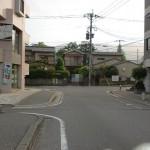 都府楼前駅の交差点そばにある橋とT字路の画像