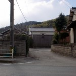 赤井手バス停から赤井手登山口への路地入口の画像
