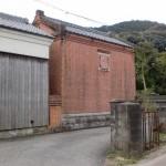 赤井手バス停の路地に入ったところにある赤レンガの建物の画像