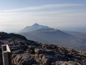 韓国岳山頂から望む新燃岳火口と高千穂峰の画像