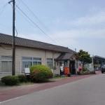 湯前駅(くま川鉄道)と湯前駅前バス停の画像