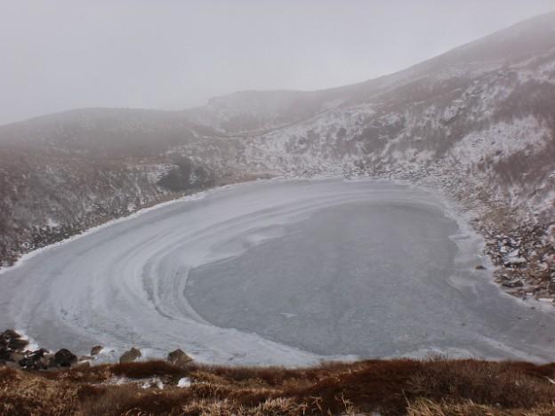 氷結した御池の画像