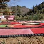 畑中にあるラジコンのサーキットの画像