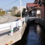 山田バス停前の裂田溝沿いの車道の画像
