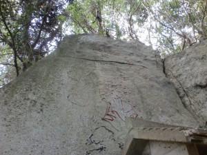 叶岳登山道の岩に描かれた不動明王立像の画像