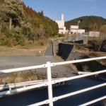 県道77号線のサンポートコンテナ置場前から登山口に通じる林道を望むの画像