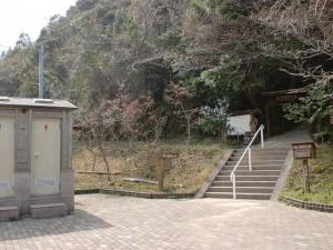 七岳登山口公園にある七ツ岳の登山道入口とトイレ