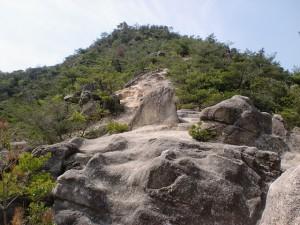 立石山登山道中腹から山頂を望むの画像