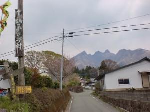 前原バス停の前の路地から鍋の平キャンプ村方面の根子岳を望むの画像