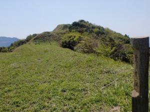 障子ヶ岳山頂(障子ヶ岳城址)の北の曲輪跡から二の丸跡、本丸跡を望むの画像