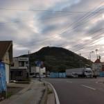 比田勝港前の車道から見上げる権現山の画像