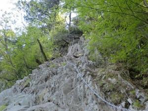笈吊峠にある鎖場「笈吊岩」の画像