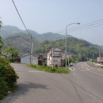 無量寺バス停そばの国道から脇道に入る個所の画像