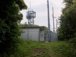 六郎次山山頂に設置された電波当施設の画像