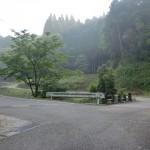 鮎帰りバス停から林道に入ってすぐの分岐地点の画像