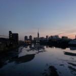早朝の室見橋から眺める逆さ福岡タワーの画像