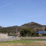 車道から見る毘沙門山の画像