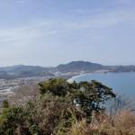 毘沙門山頂から見る長浜海岸と柑子岳の画像