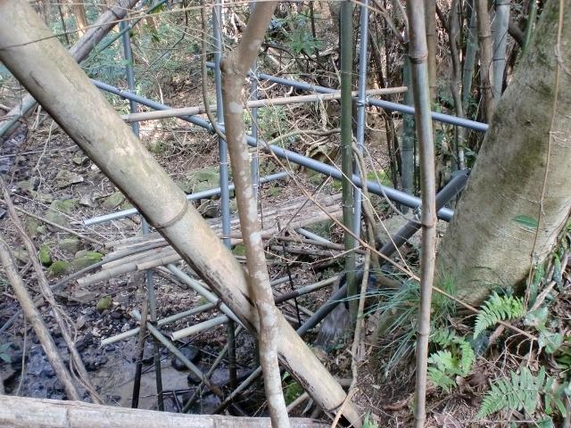 ヤンバラ池下のため池横に作られた謎の足場の画像