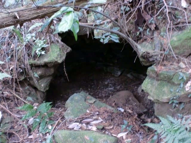 宮地岳登山道にある謎の石造りドームの画像