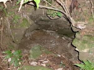 宮地岳登山道にある謎の石造りドーム(フラッシュ)の画像