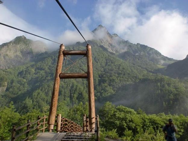 明神橋から見上げる明神岳の画像