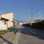 JR小淵沢駅前の車道の画像
