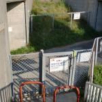 中央道小淵沢バス停そばの階段と鹿よけ金網の画像
