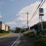 中央道小淵沢インター近くの県道11号線沿いにあるセブンイレブン前の画像