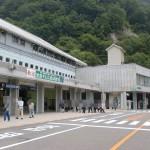 トロリーバスの扇沢駅と扇沢バス停(バスターミナル)の画像