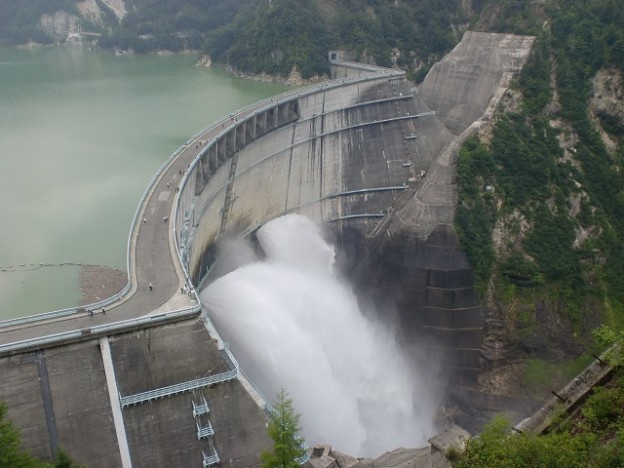 黒部ダム(展望台上部より撮影)の画像