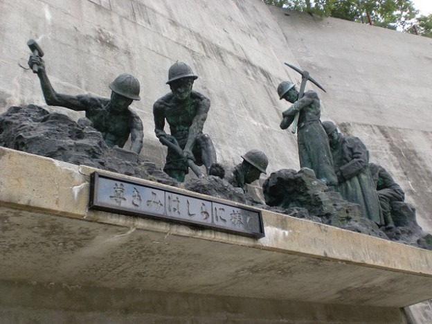 黒部ダム建設殉職者追悼の像の画像