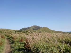 登山道から見る涌蓋山とみそこぶし山の画像