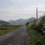 JR西屋敷駅から津波戸山登山口に至る線路沿いの道の画像