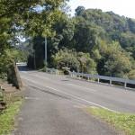 入蔵入口から小道を経て宇曽嶽神社へ続く林道に合流する地点の画像